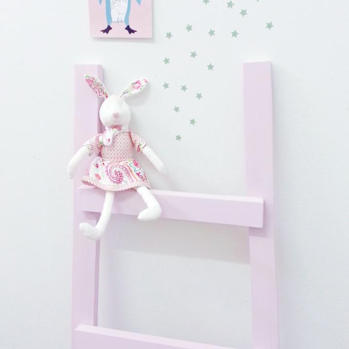escalera madera rosa