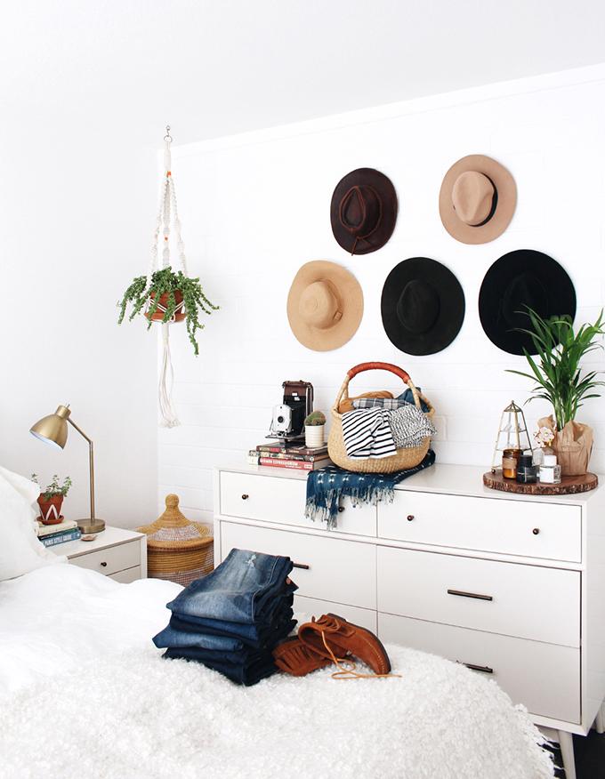 sombreros en las paredes